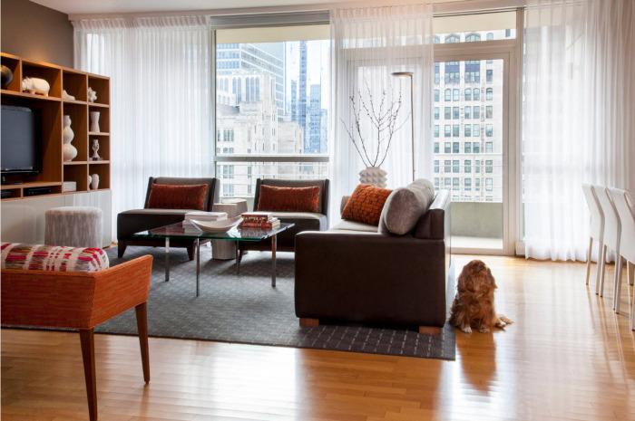 Просторная комната с классическим интерьером, в котором преобладают светлые оттенки.