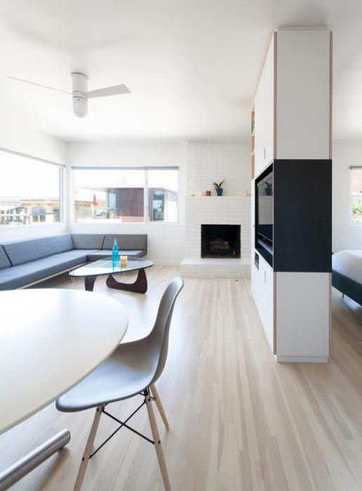 Небольшие столики и угловой диван серого оттенка - лучшее решения для грамотной организации пространства.
