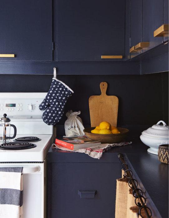 Правильное сочетание тёмно-синего кухонного гарнитура с белой бытовой техникой визуально увеличит пространство маленькой кухни.
