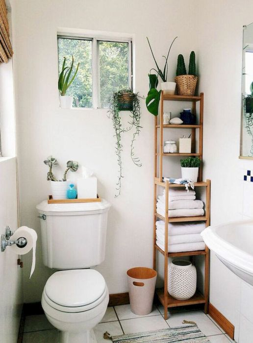 В небольшой ванной комнате нужно рационально использовать каждый сантиметр свободного пространства.