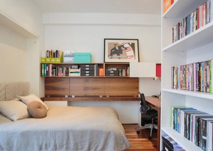 Спальная комната, в которой удалось поместить небольшую кровать, письменный стол и стеллаж.