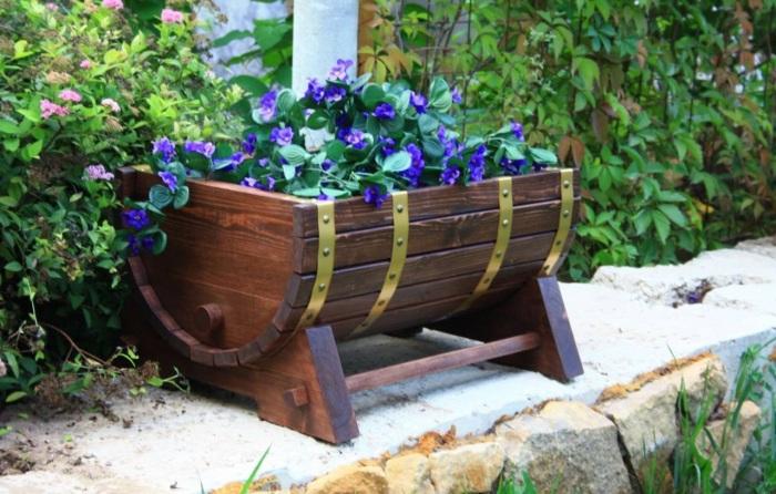 Маленькая деревянная грядка для декоративных растений.