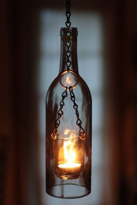Стильный подсвечник из небольшой винной бутылки, который станет полезной вещью в интерьере.