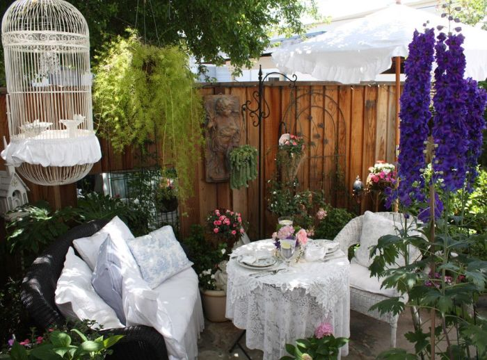 Летнее патио в стиле шебби-шик подойдет романтикам, ценящим роскошь, комфорт и домашний уют.