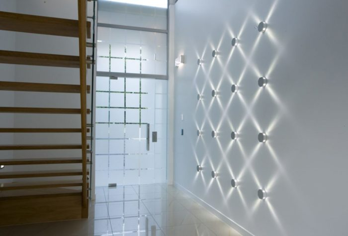 Металлические настенные светодиодные светильники округлой формы.