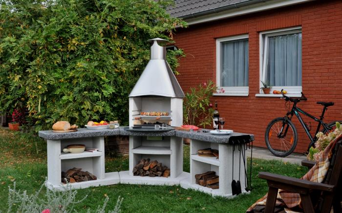 Небольшая стационарная установка для барбекю на заднем дворе.