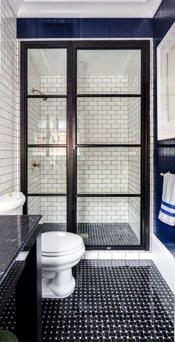 Великолепный интерьер ванной комнаты, оформленный в светлых и тёмных оттенках, с необычной планировкой и современной сантехникой.