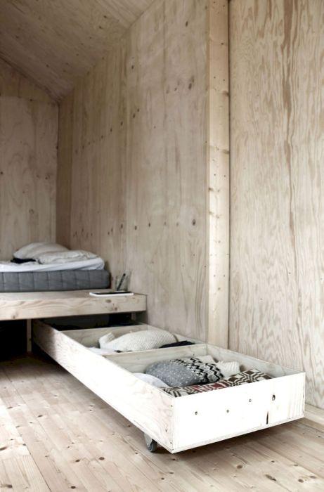 Некоторые модели кроватей и изголовий уже изготовляются с ящиками и полками для хранения вещей.