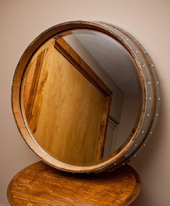 Нескучное зеркало, основанием для которого стало дно деревянной бочки.