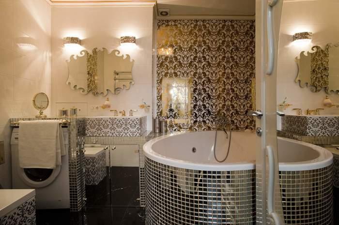 Яркие фацетные зеркала в восточном интерьере ванной комнаты.
