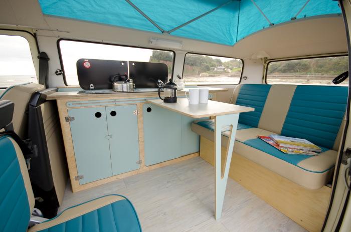 Существует множество различных подходов и материалов, которые необходимо учитывать при преобразовании фургона в дом на колёсах.