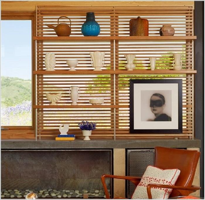 Небольшой стеллаж на фоне деревянной панели из обыкновенных реек.