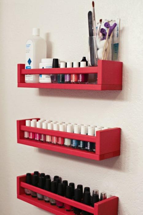 Лаки и другие принадлежности для макияжа можно хранить на обычных пластиковых или деревянных полочках.