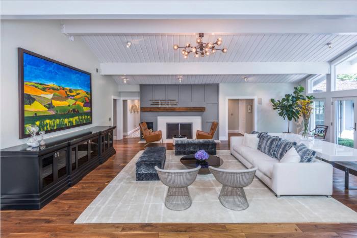 Гостиная комната в белом и сером цвете всегда выглядит свежо, празднично и нарядно, при этом визуально она кажется более светлой и просторной.