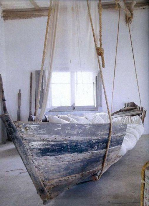 Уютная кровать из старой деревянной лодки для настоящих любителей морской стихии.