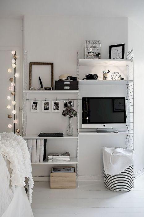 Небольшой белый стеллаж с отдельной рабочей поверхностью выглядит достаточно экзотично и станет прекрасным решением для малогабаритной квартиры.