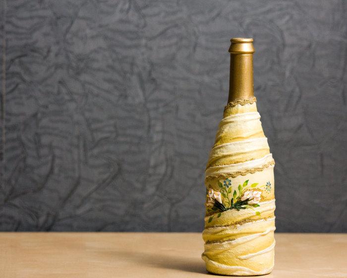 Оригинальный декупаж бутылки, который сделает её ярким предметом декора.