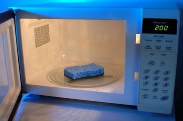 Меламиновую губку можно легко очистить просто положив её на некоторое время в микроволновку.