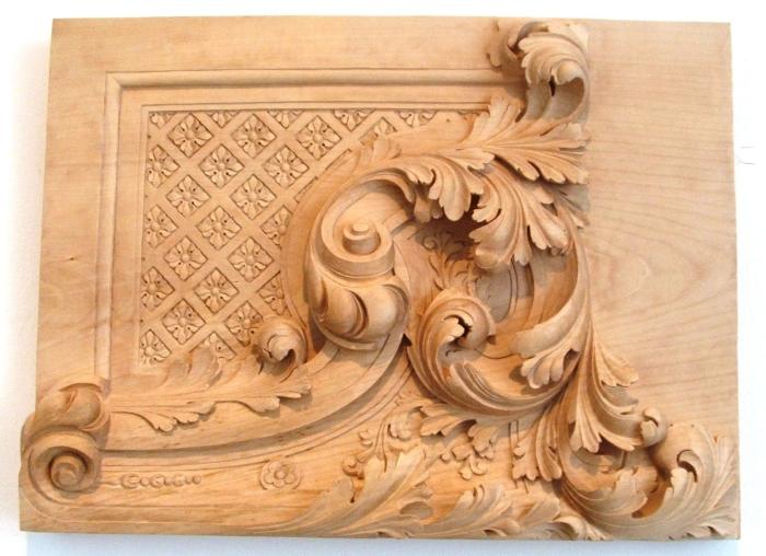 Деревянная картина с вырезанными на ней узорами.