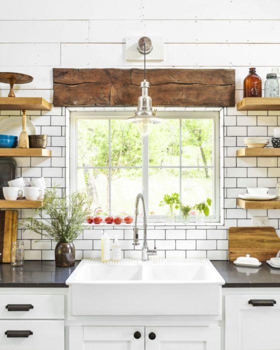 Кухня в стиле модерн с множеством деревянных элементов.