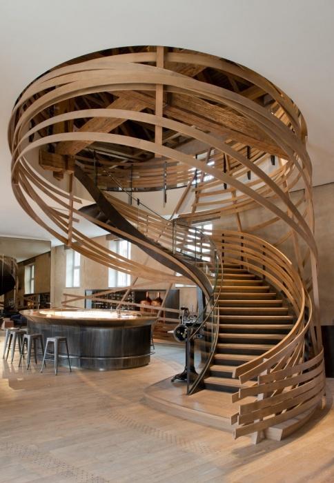 Оригинальная и практичная деревянная лестница, которая выглядит, как произведение искусства.