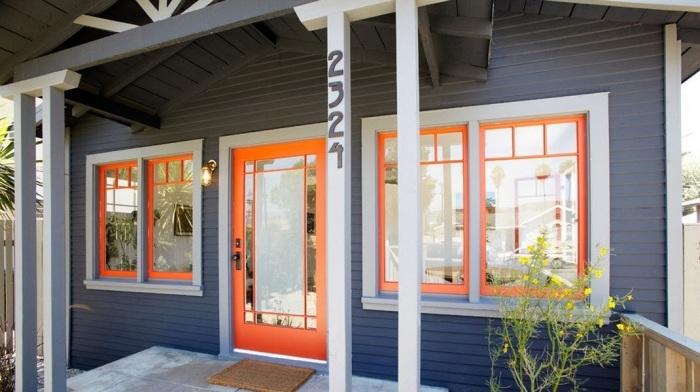 Яркий апельсиновый оттенок двери, создаст весьма колоритный ансамбль.