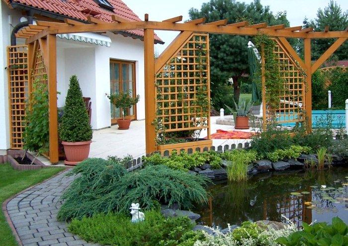 Классическая деревянная перегородка в восточном стиле, которая позволит разделить территорию дачного участка на функциональные зоны.