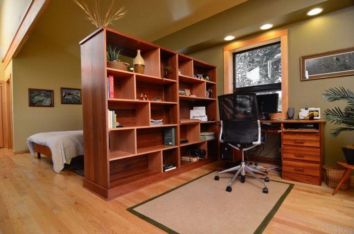 Модульный стеллаж разделяющий пространство рабочей зоны от спальни.
