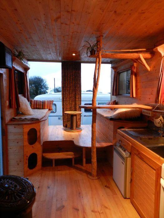 Комфортабельный дом на колесах из старенького автобуса, который внутри полностью обшит недорогой древесиной.