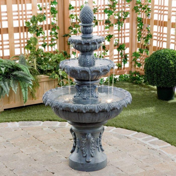 Великолепный металлический фонтан с подсветкой в классическом саду.