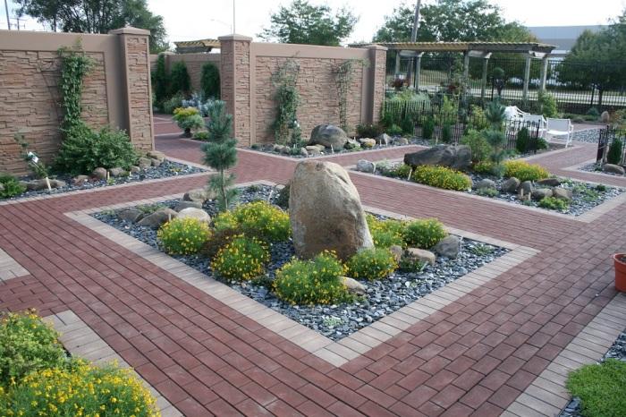Садовые дорожки, выложенные красным кирпичом, эффектно смотрятся и создают приятное впечатление.