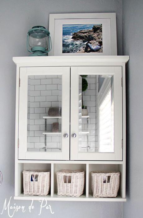 Подвесной шкаф с многочисленными полочками в ванной комнате даёт возможность удобно организовать хранение большого количества банных принадлежностей.