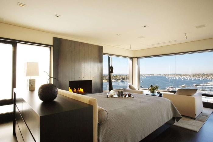 Классические современные апартаменты с камином и потрясающим видом из окна.