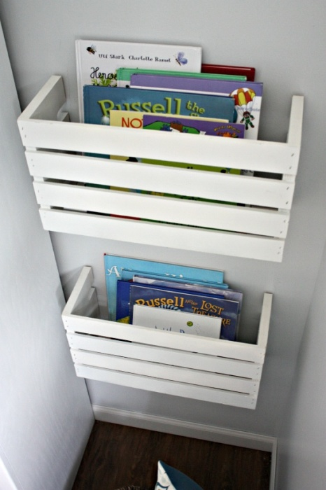 Старые деревянные ящики, приготовленные на выброс, можно использовать для создания оригинальных настенных полочек для журналов и книг.