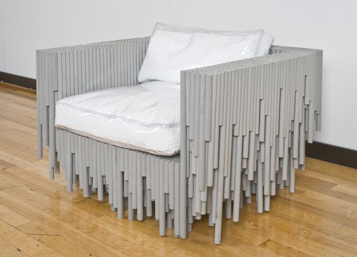 Необычный каркас кресла, созданный из хлорированных поливинилхлоридных труб.