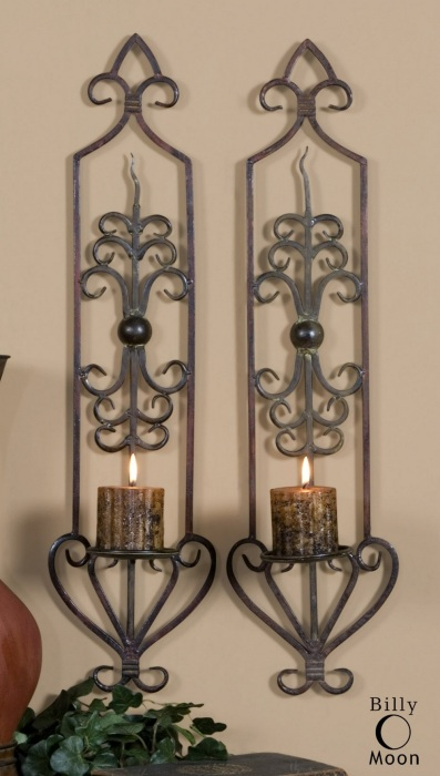 Парные кованые металлические подсвечники причудливой формы станут действительно оригинальными настенными украшениями.