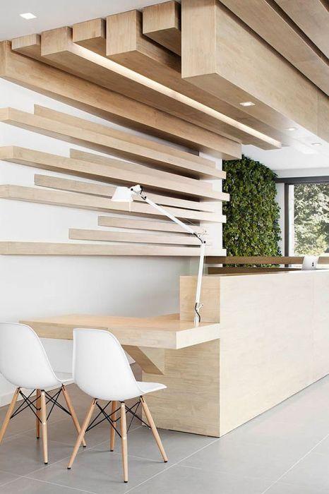 Отделка потолка и стен над рабочей зоной может быть выполнена с помощью больших деревянных блоков.
