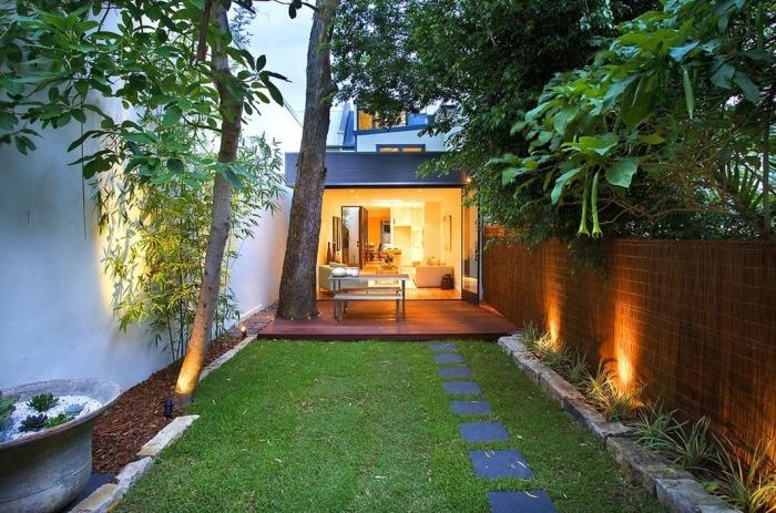 Грамотно обустроенная система садового освещения на небольшом дачном участке.
