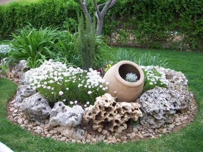 Цветник, окруженный коралловыми рифами, создание которых под силу лишь опытным садовникам.