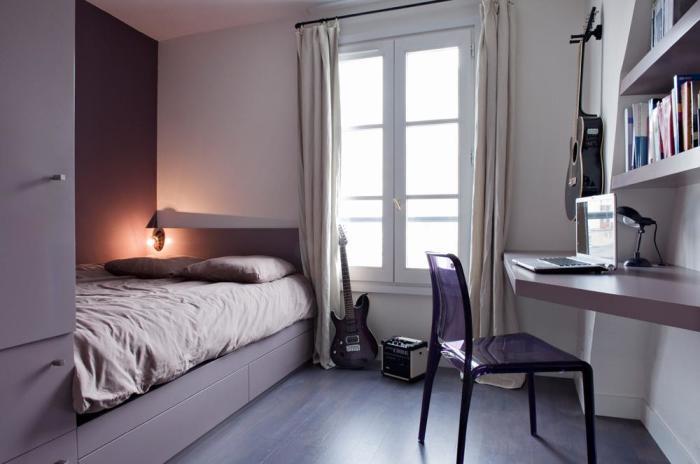 Помимо использования светлых оттенков для оформления поверхностей маленькой комнаты, существует еще ряд дизайнерских приемов.