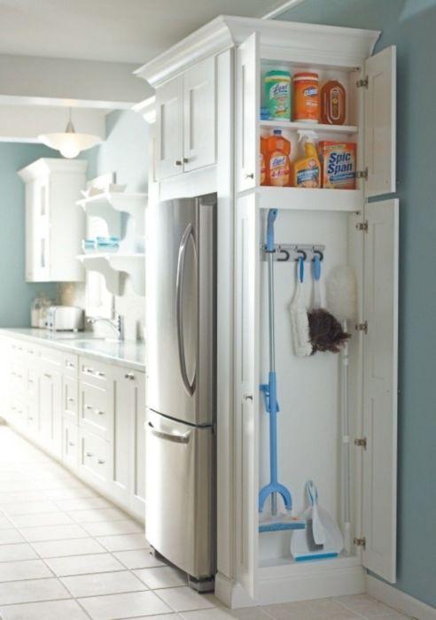 Компактный деревянный шкафчик светлого оттенка, для хранения различных бытовых принадлежностей, который отлично впишется в любой современный интерьер кухни.
