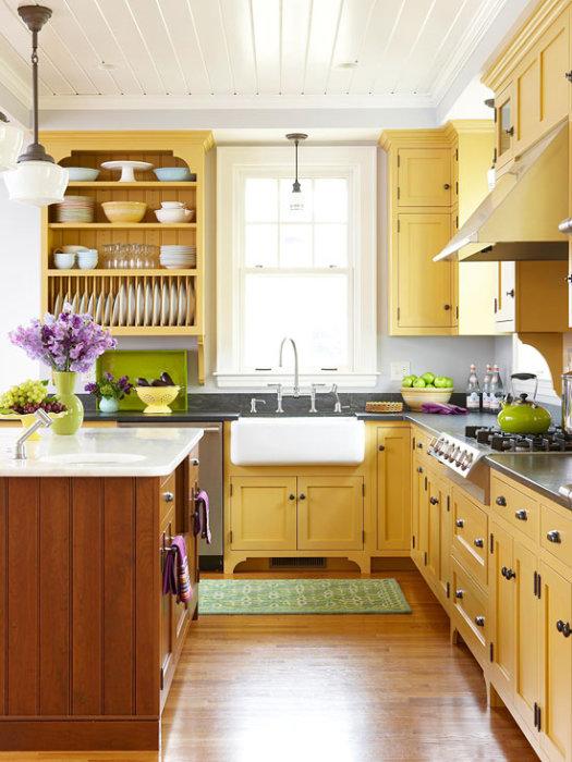 Приятный соломенно-древесный цвет кухонной гарнитуры будет радовать хозяев и посетителей даже в пасмурный день.