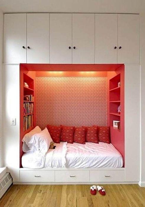 Место под кроватью можно заполнить небольшими выдвижными ящичками.