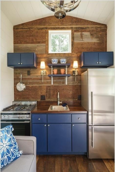 В этой кухне деревянные панели из недорогой древесины были использованы для облицовки стены.