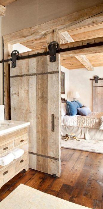 Деревянные раздвижные двери в стиле кантри, которые обязательно привлекут внимание гостей.