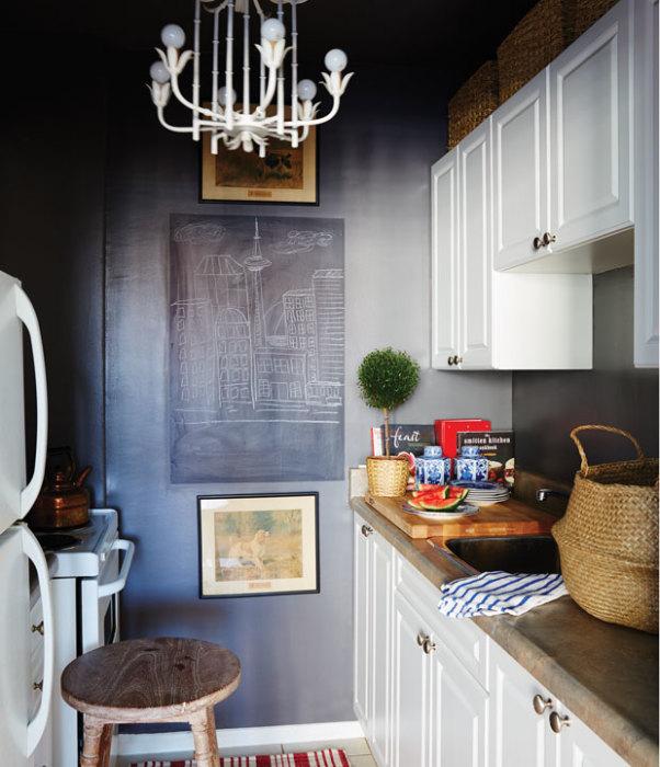 Новый тренд в интерьере кухни — установленная на стене школьная доска, на которой можно нарисовать всё, что душе угодно.