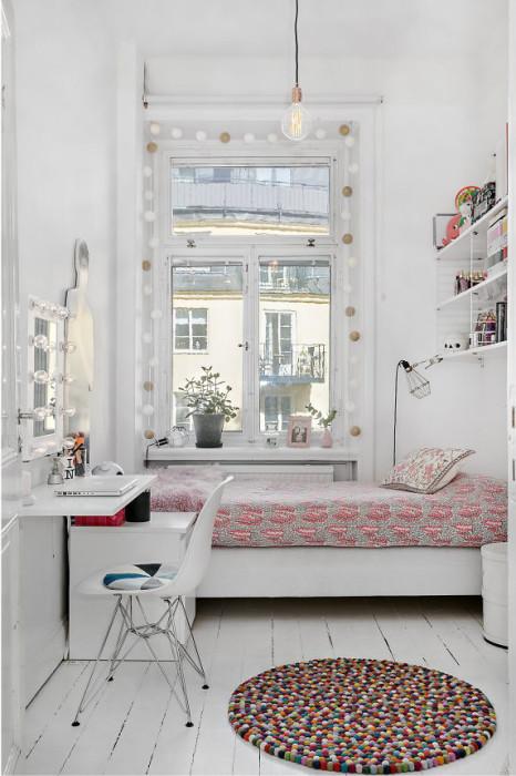Для владельцев скромных и малогабаритных жилых площадей отличным решением станет светлая спальная комната, которая позволит визуально расширить пространство.