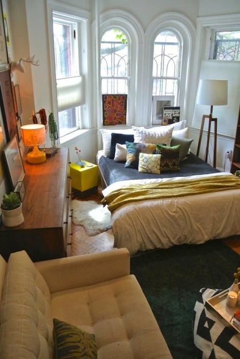 Интересный дизайн спальной комнаты с нестандартной конфигурацией и необычными деталями декора, которые украшают помещение.