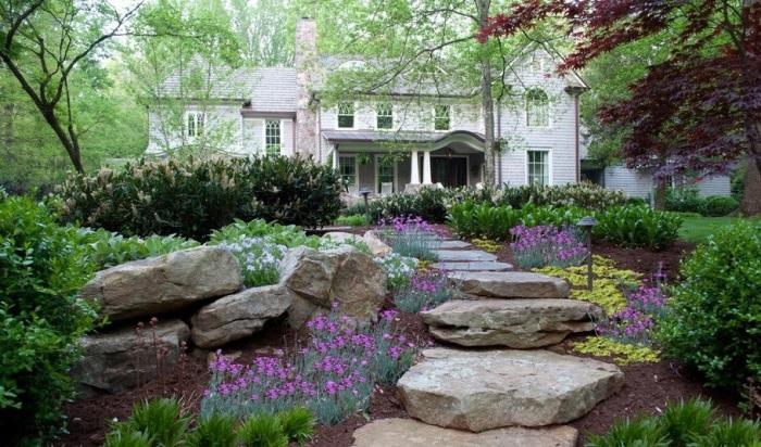 Садовая дорожка из больших валунов для ценителей природной красоты и гармонии.