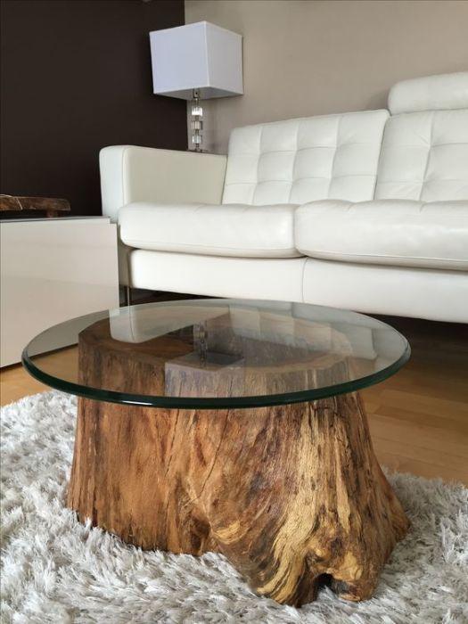 Стол, основой для которого послужила большая деревянная коряга.